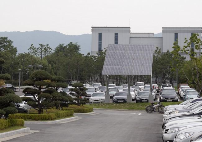 롯데케미칼 연구소에 있는 태양열집열판. 여기서 생산된 전기는 RFB 충·방전 실험에 사용하고 있다. - 김상현 제공